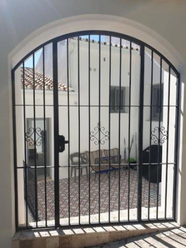 Puerta de hierro y esrtucturas
