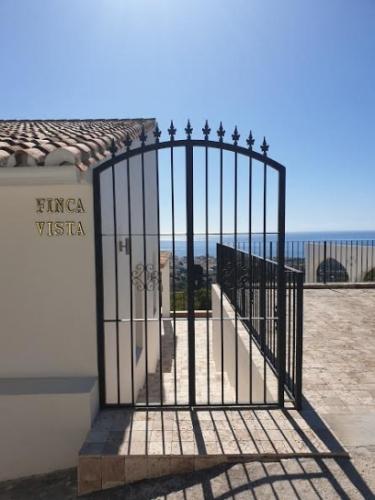 Puerta de hierro y estructuras