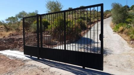 Exterior sliding gate